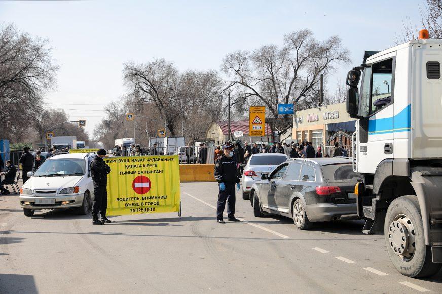 Более 22 000 авто въехало в Алматы через блокпосты за два дня карантина
