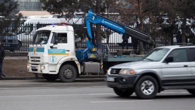 14 машин отправили на штрафстоянку в Алматы за нарушение режима ЧП в выходные
