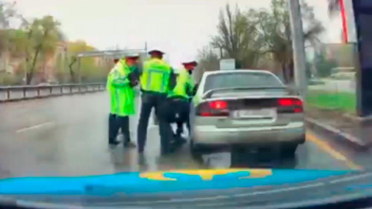Неадекватный мужчина переехал ногу полицейскому в Алматы