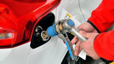Цену на газ на заправках закрепили в Казахстане