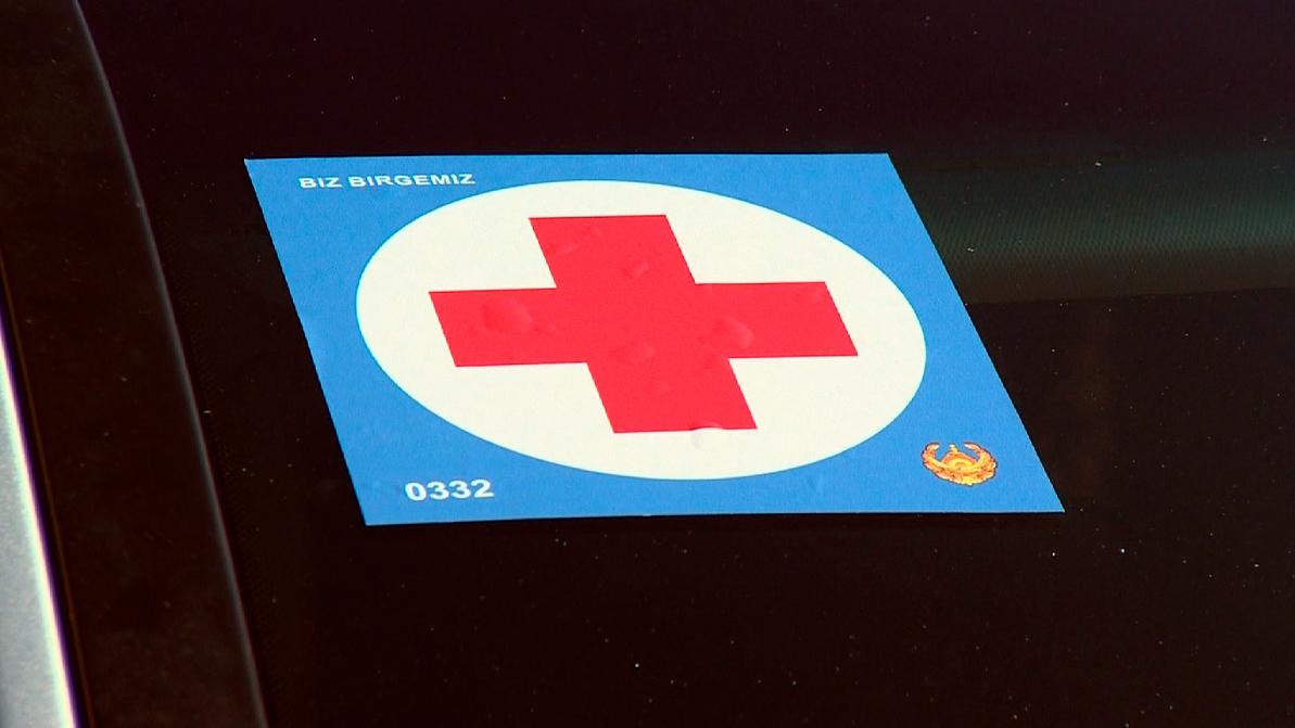 Наклейками с красным крестом снабдят автомобили столичных врачей