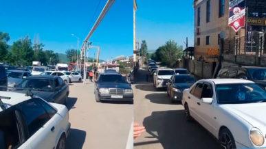 На въезде в Алматы пробки даже на встречке