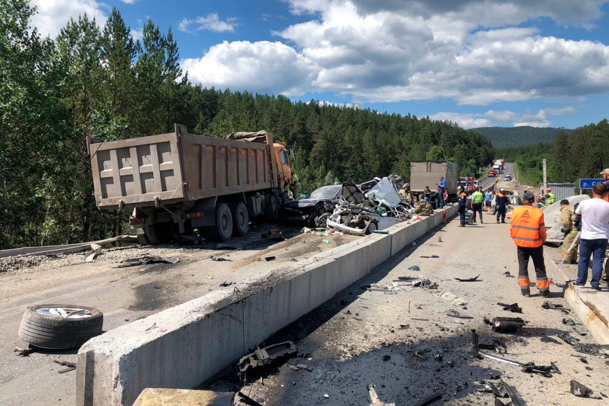 Самосвал подмял под себя четыре автомобиля в Челябинской области